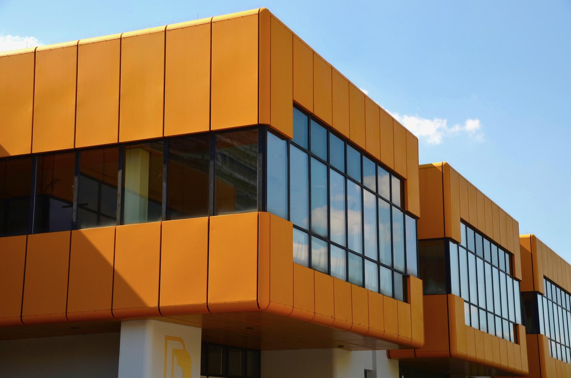 Orangefarbenes Gebäude im Stil der 70er