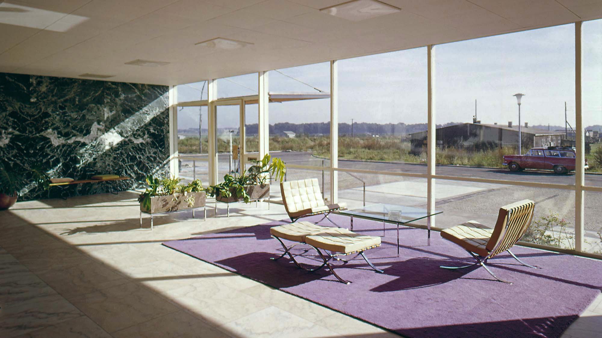 Historisches Foto eines Gebäudes aus den 60er-Jahren mit eleganten Möbeln. Ansicht von innen nach außen.