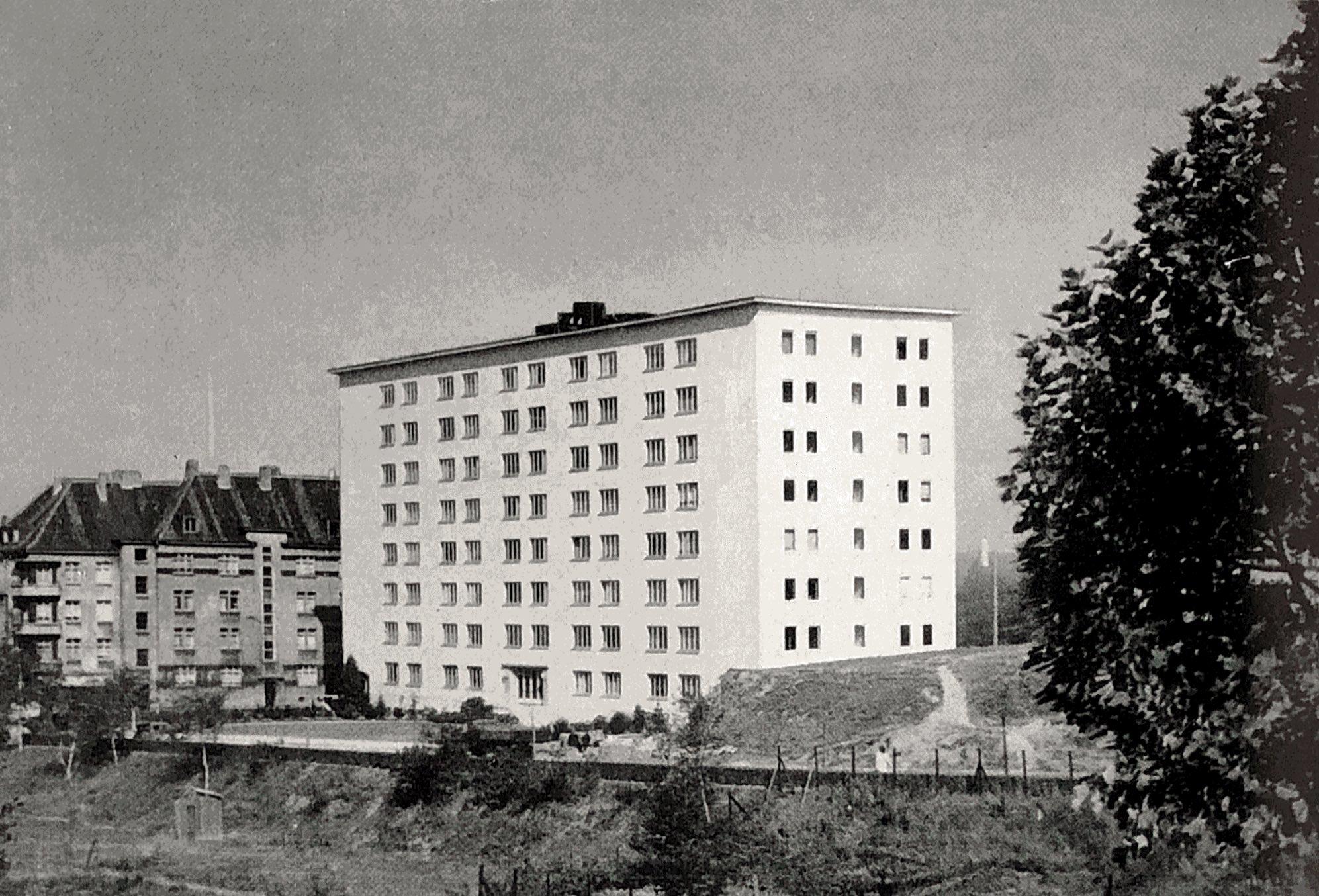 historische Ansicht eines achtstöckigen Wohngebäudes mit vielen Fenstern