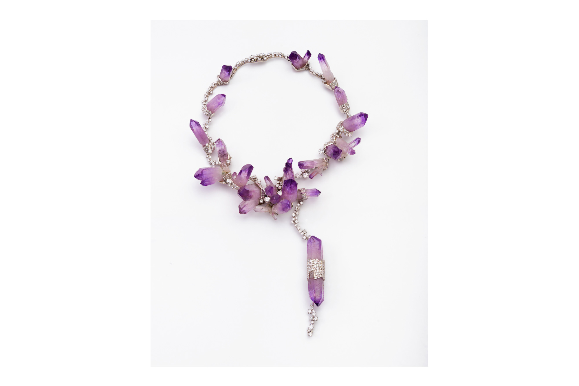 Halsschmuck aus violetten Steinen