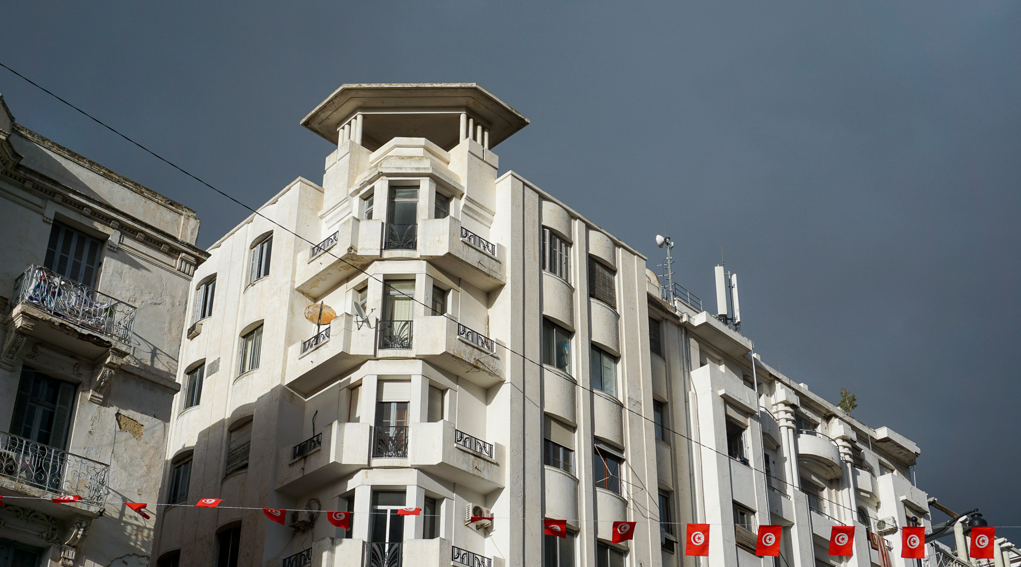 Art-Deco-Hausgiebel mit aufgesetzem eckigem Türmchen