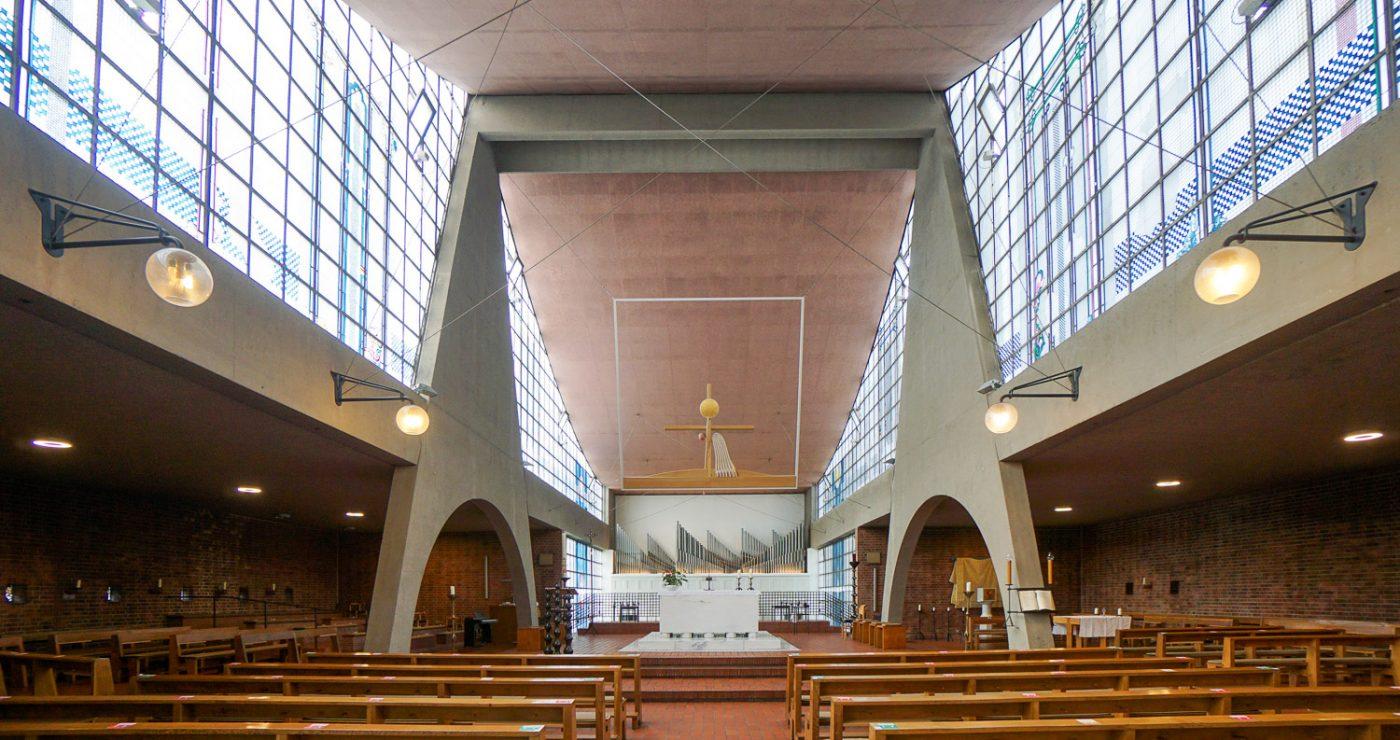 Symmetrischer Blick in den Kirchenraum der Heilig-Geist-Kirche in Essen-Karnap