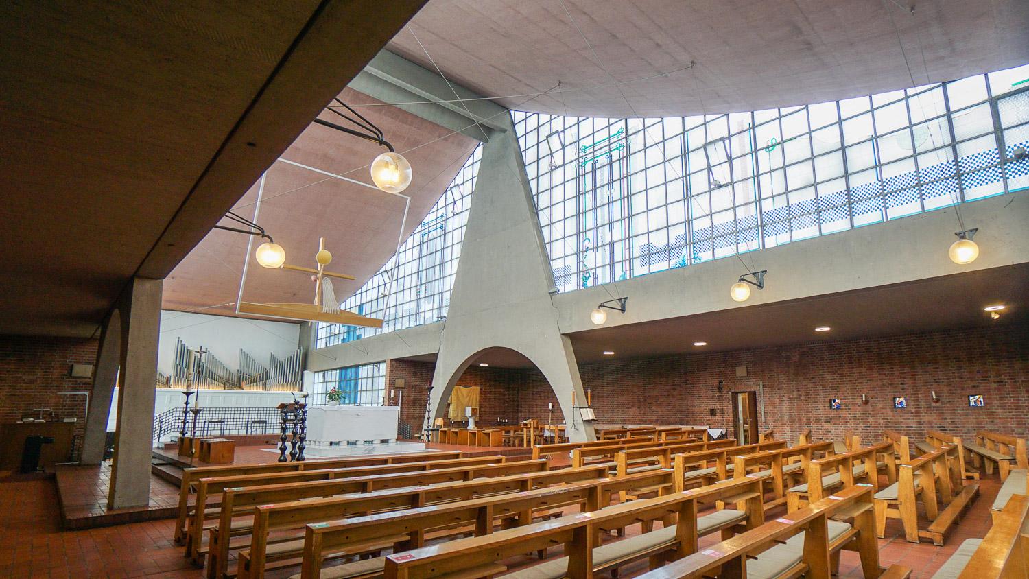 Blick in den Innenraum der Heilig-Geist-Kirche in Essen-Karnap