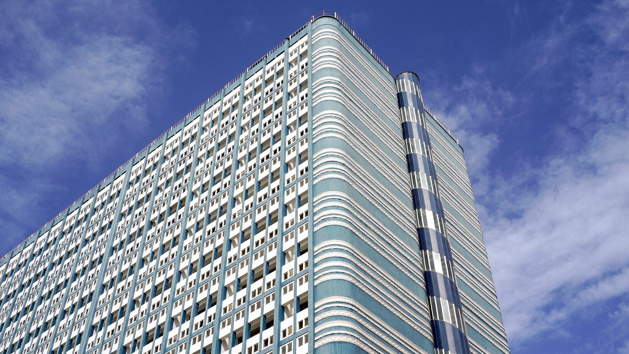 Blau-weiß gestreifte ungewöhnliche Fassade eines großen Hotels