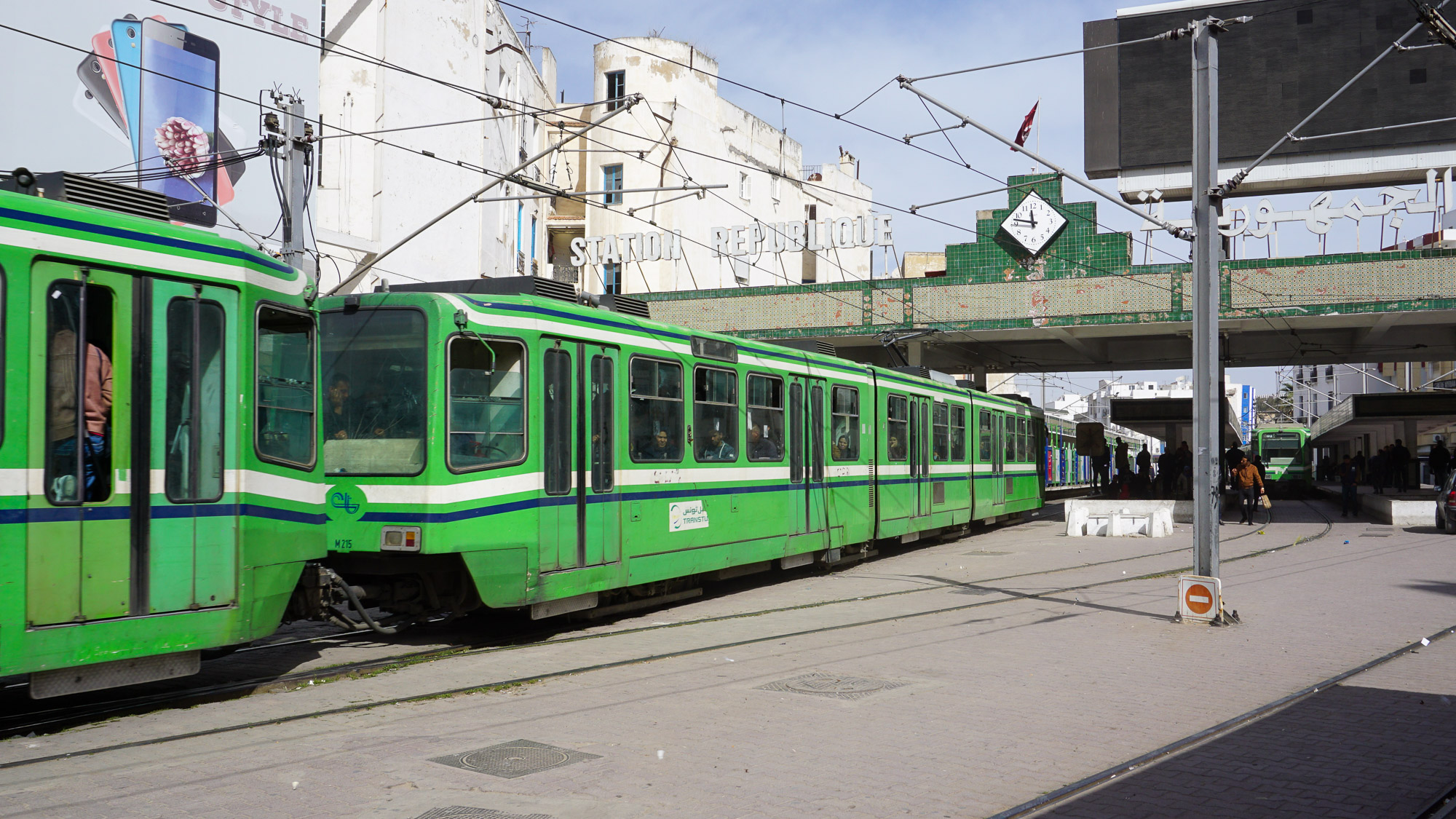Eine grüne Tram verlässt die Station Republique in Tunis