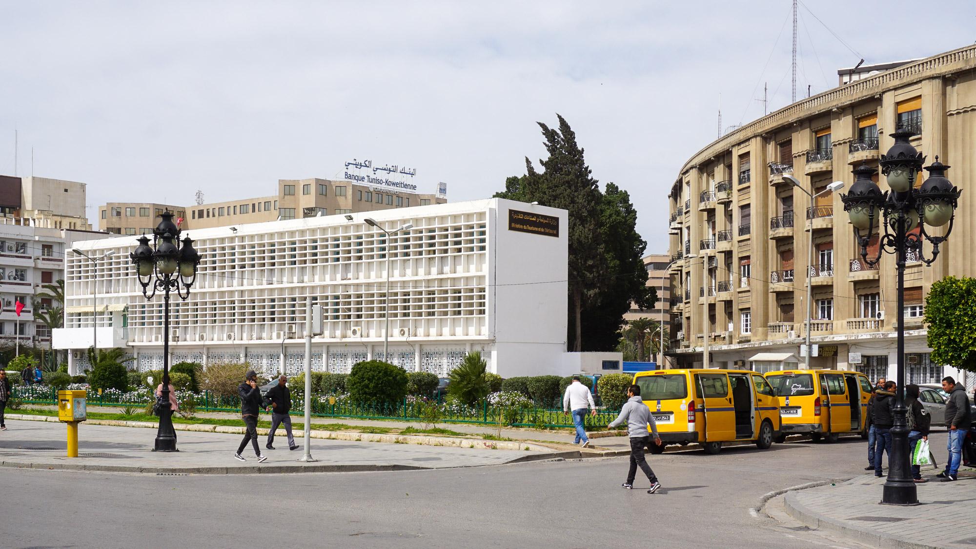 Zweistöckiges streng gegliedertes weißes Gebäude