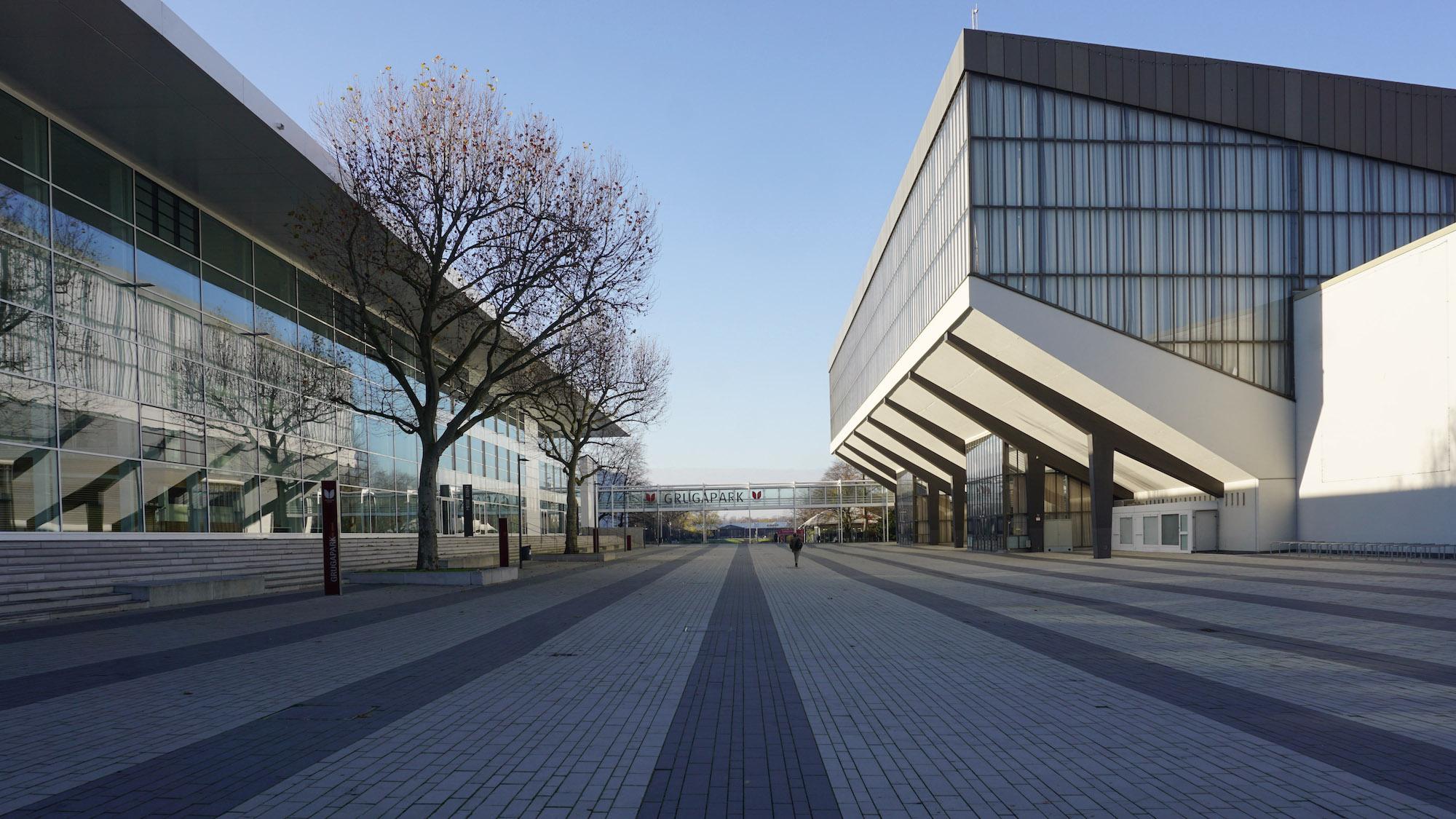 Ein Weg führt zwischen Messehalle und Grugahalle auf den Haupteingang des Grugaparks zu.