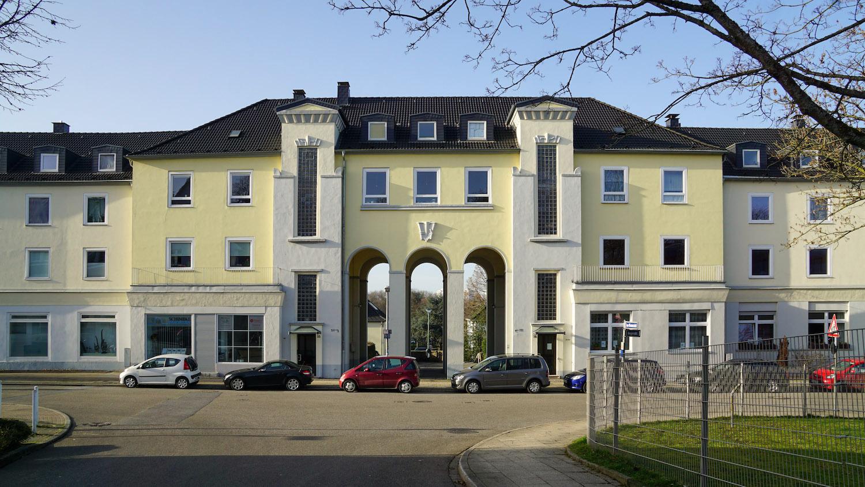 Torbogenhaus, Hauptgebäude der Eyhof-Siedlung