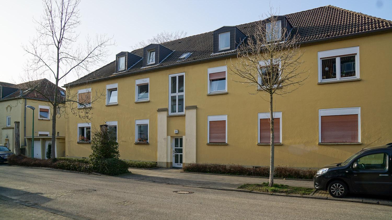 Zweistöckiges, gelb gestrichenes älteres Haus
