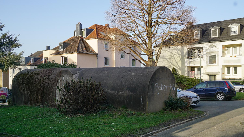 Betonbunker vor älteren Wohnhhäusern