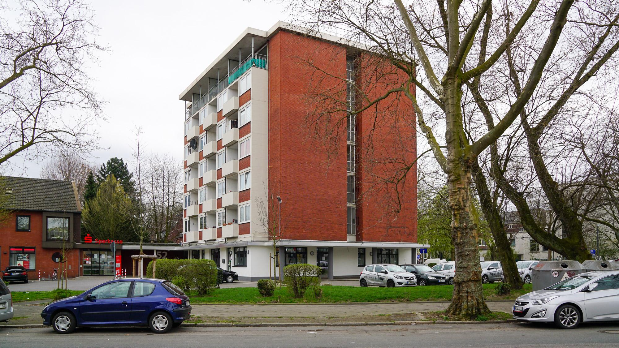 Seitenansicht eines siebenstöckigen Wohngebäudes aus den 50er Jahren