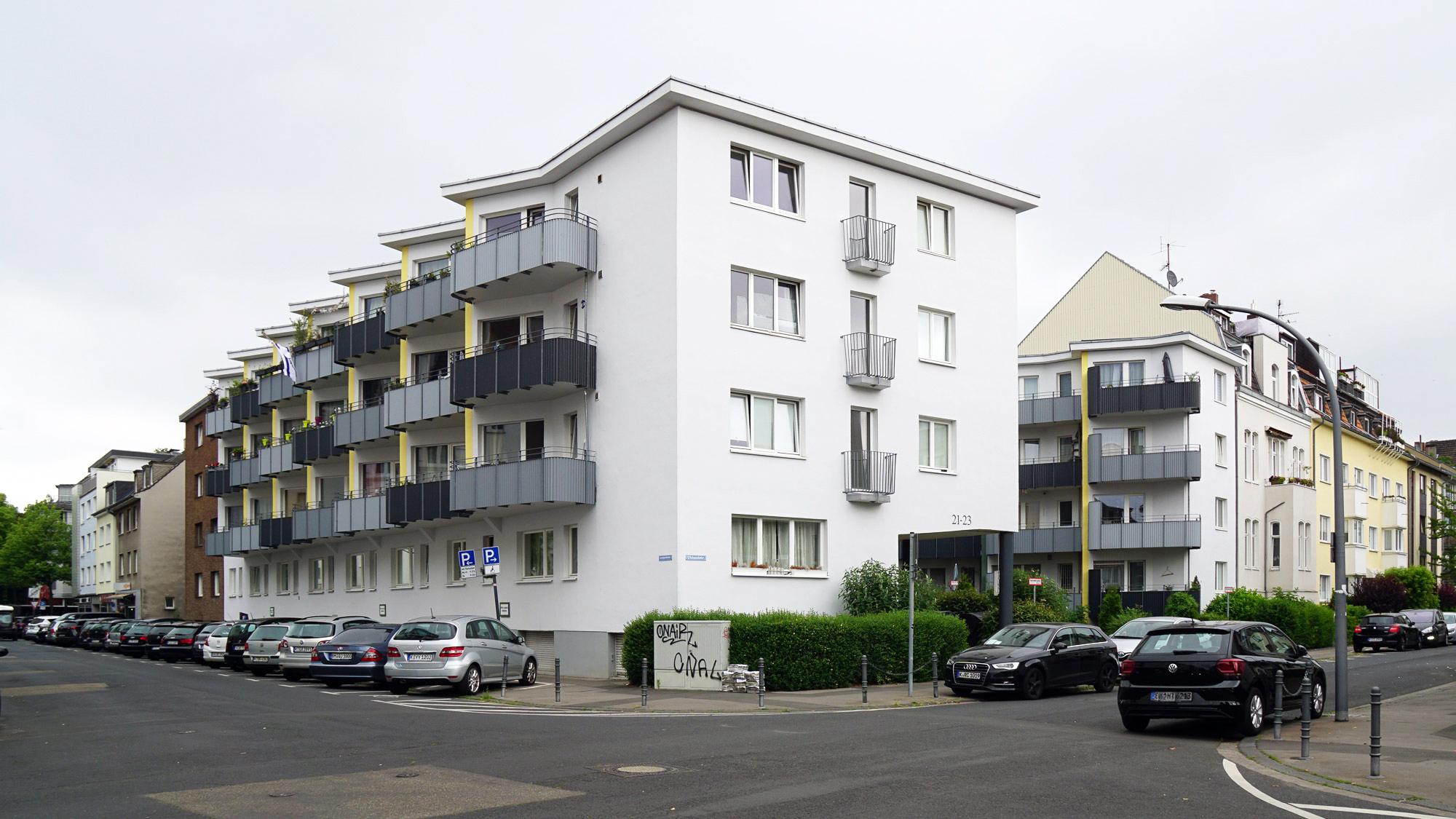 Wohnnaus aus den 50er-Jahren mit zahlreichen Balkonen