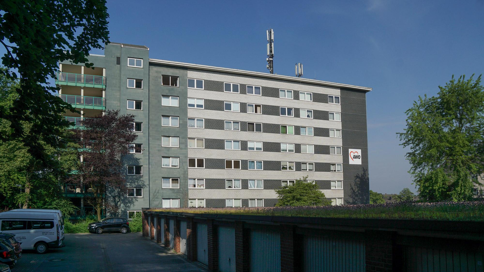 Achtstöckiges Wohngebäude mit Antennen auf dem Dach