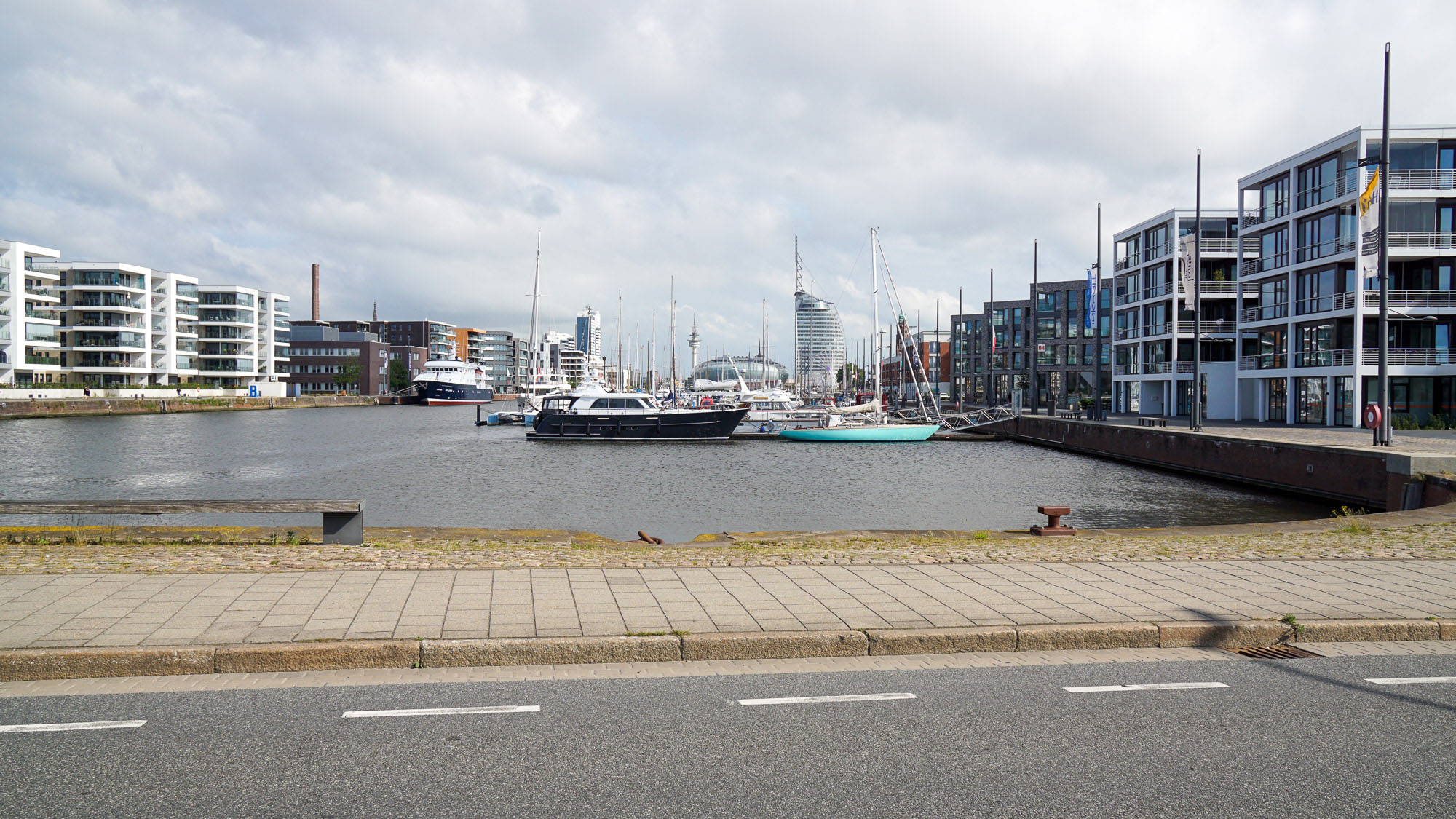 Blick auf ein von Neubauten umstandenes Hafenecken, Yachten
