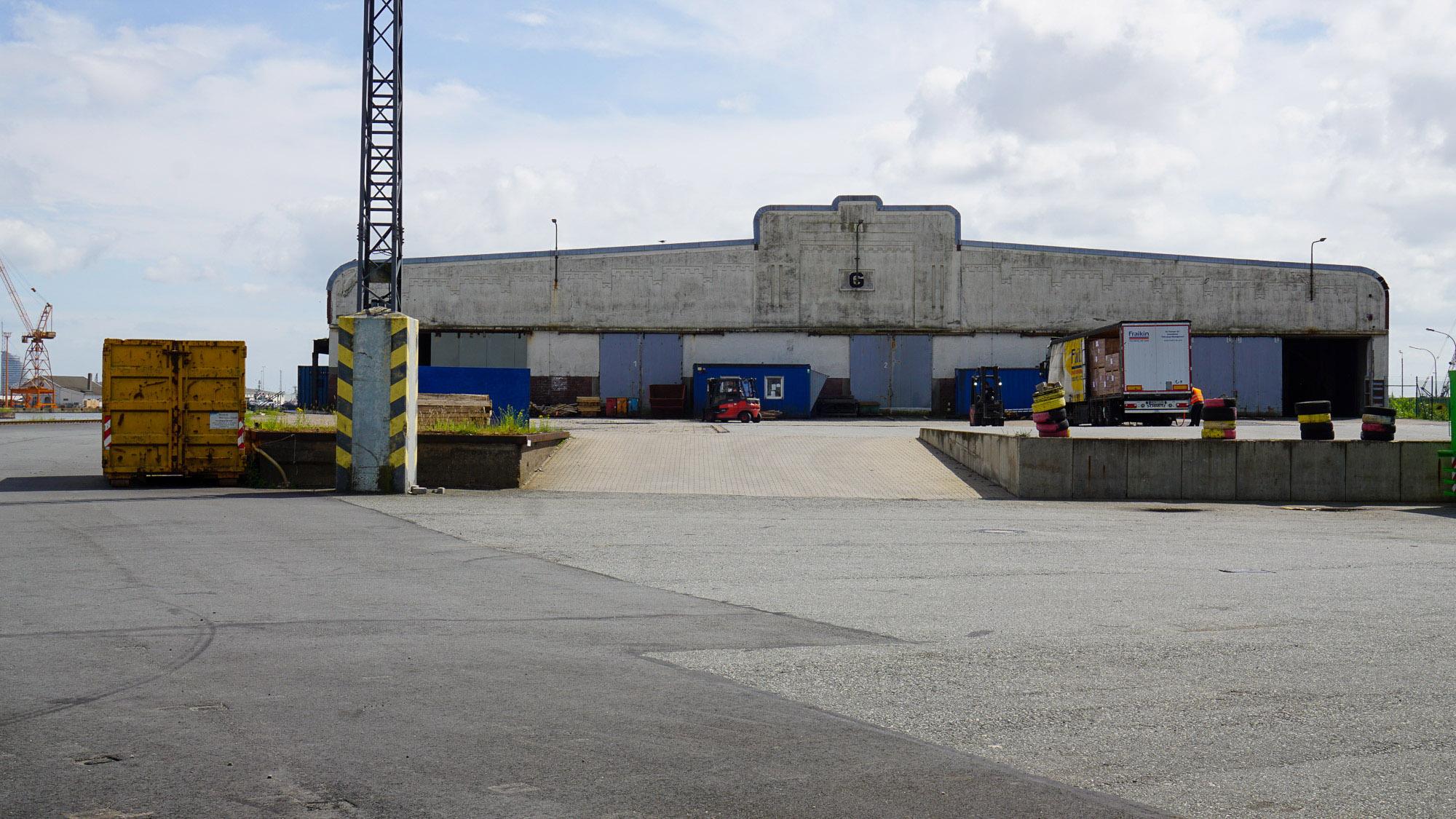 Flaches Lagerhaus mit gestalteter Betonfassade