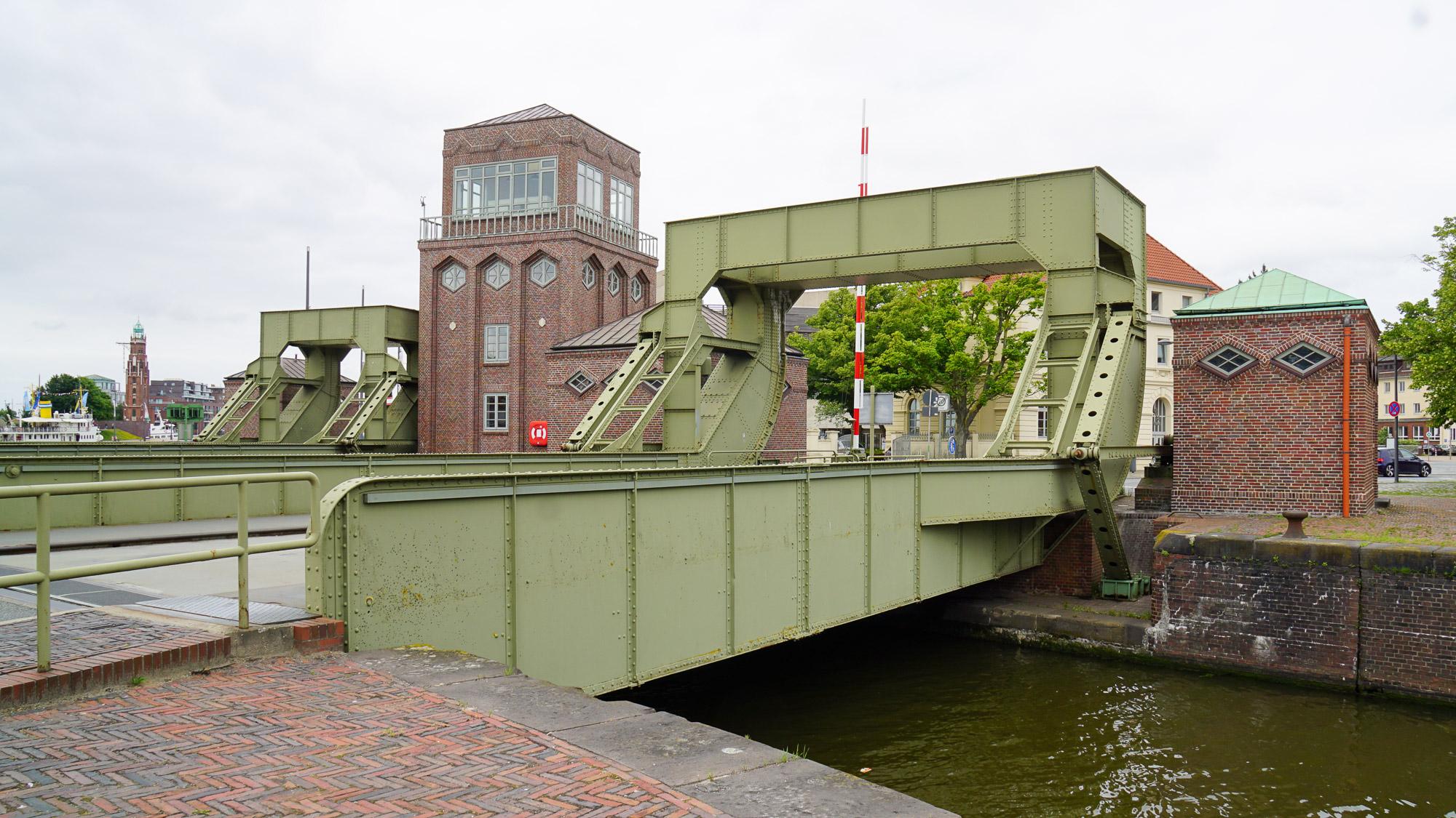 Gusseiserne doppelte Brückenkonstruktion mit Maschinenhäusern aus Backstein.