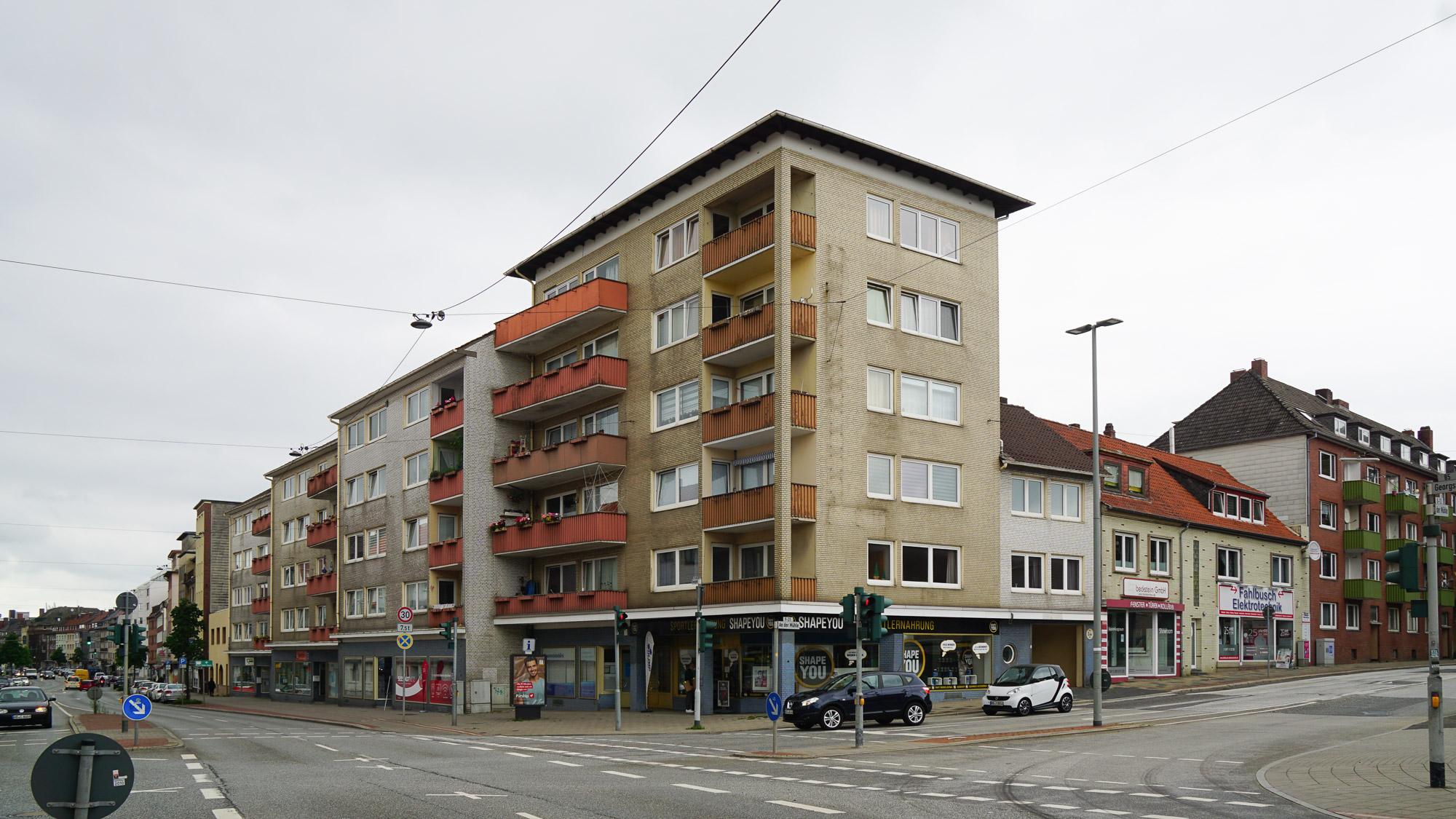 Sechsstöckiges Wohn- und Geschäftshaus an einer breiten Straße
