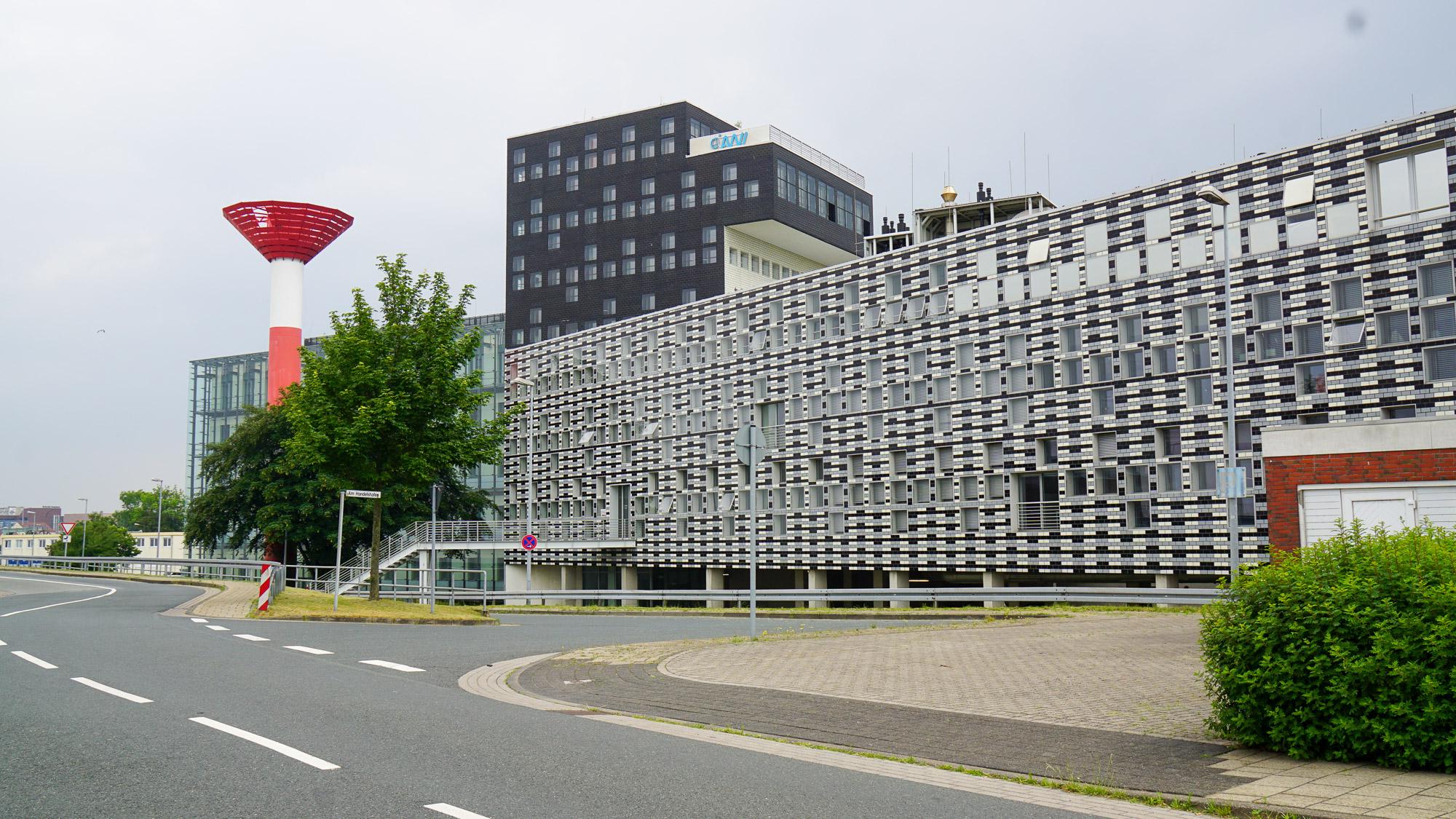 Technisch anmutendes Gebäude mit schwarzweiß gestalteter Fassade