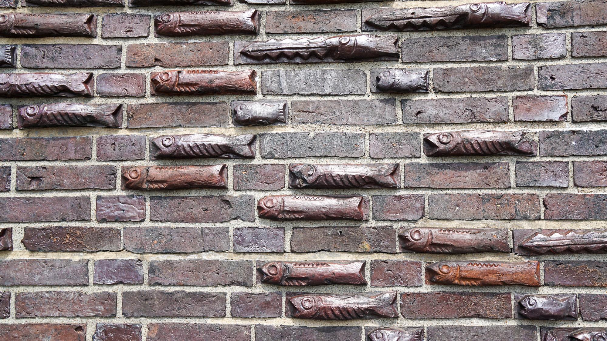 Backsteine mit Fischmotiven