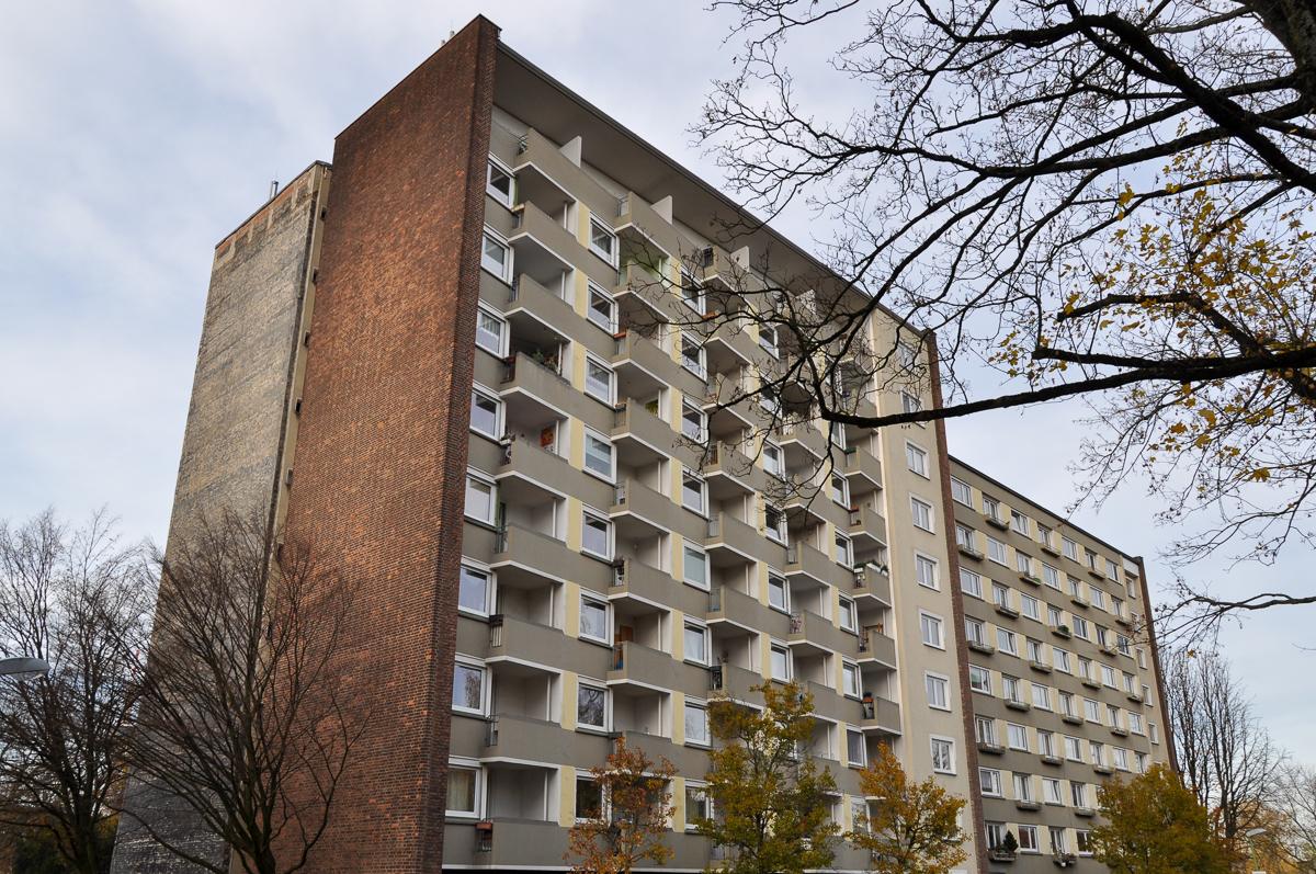 Wohnblock aus Beton und Backstein mit vielen Balkonen