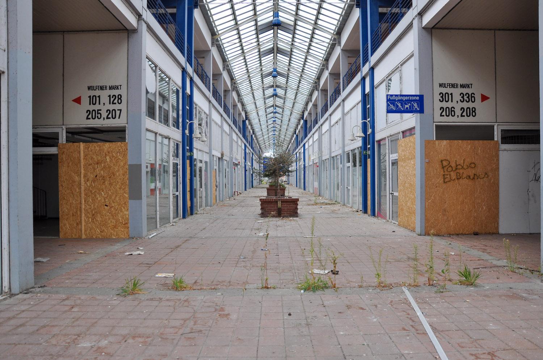 Blick in die leerstehende Ladenpassage von Wulfen