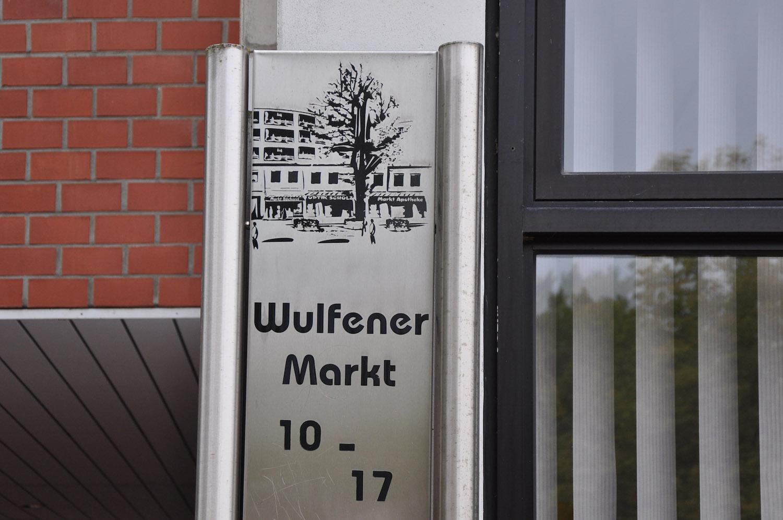 Schild mit Zeichnung vom Wulfener Stadtzentrum