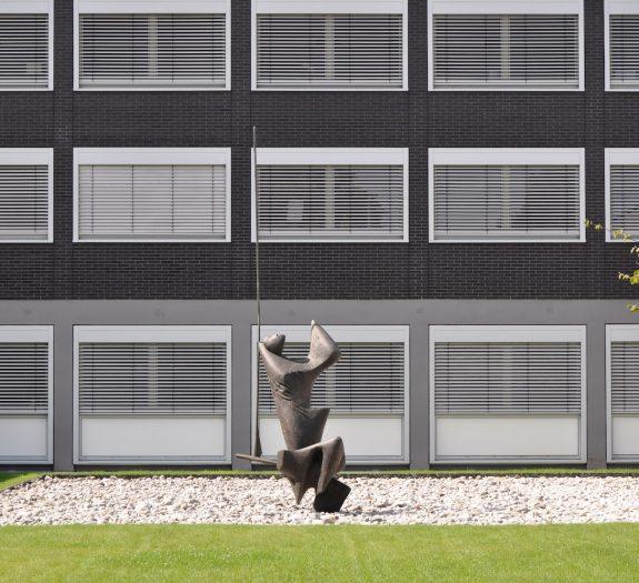 Skulptur vor der Unternehmenszentrale von West-Lotto