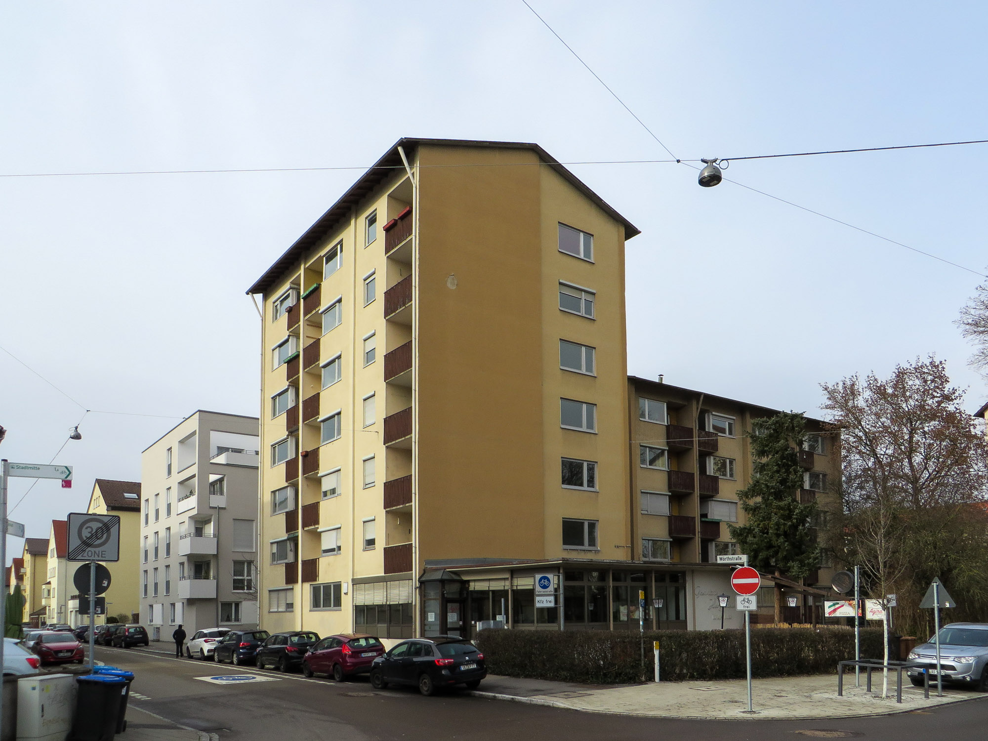 Braun-beige gestrichenes Wohngebäude mit Balkonen
