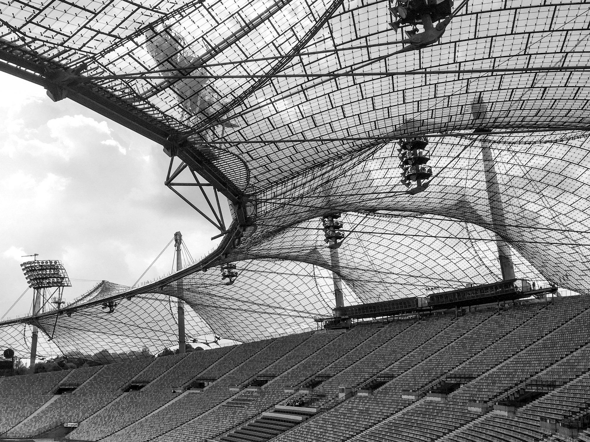 unregelmäßige Dachkonstruktion über den Rängen eines Sportstadiums