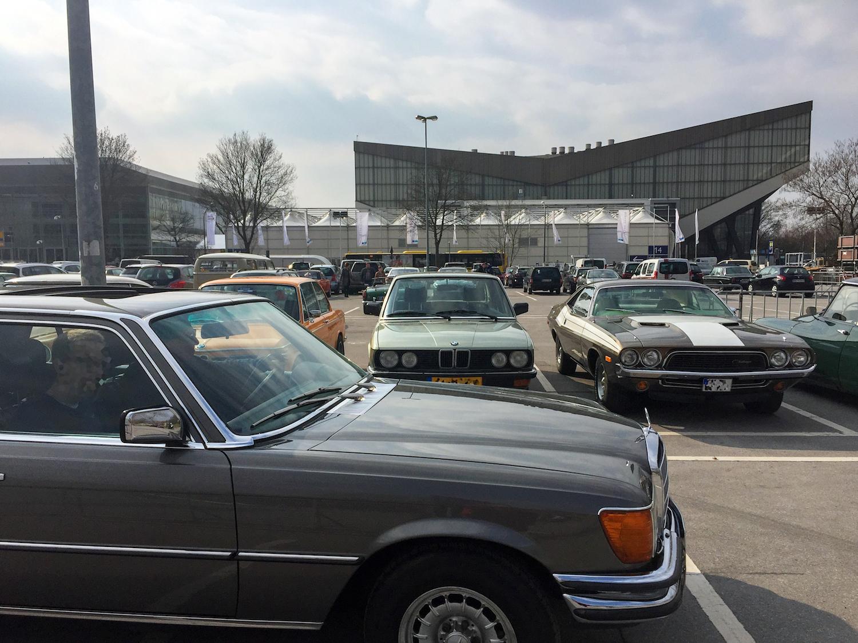 ältere Autos auf dem Parkplatz vor der Grugahalle während der Messe Technoclassica