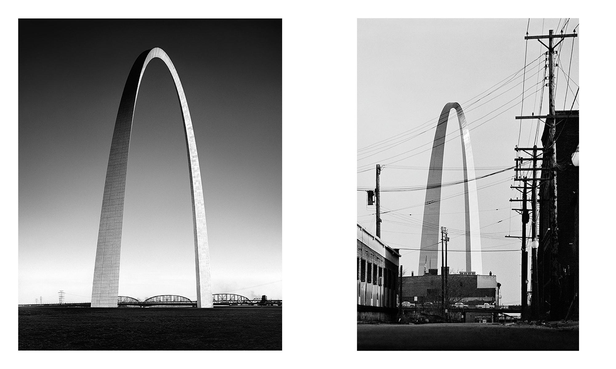 Gegenüberstellung von zwei ähnlichen Fotos von einem amerikanischen Monument in Bogenform: einmal sehr aufgeräumt und einmal mit zahlreichen anderen Gebäuden und Stromleitungen