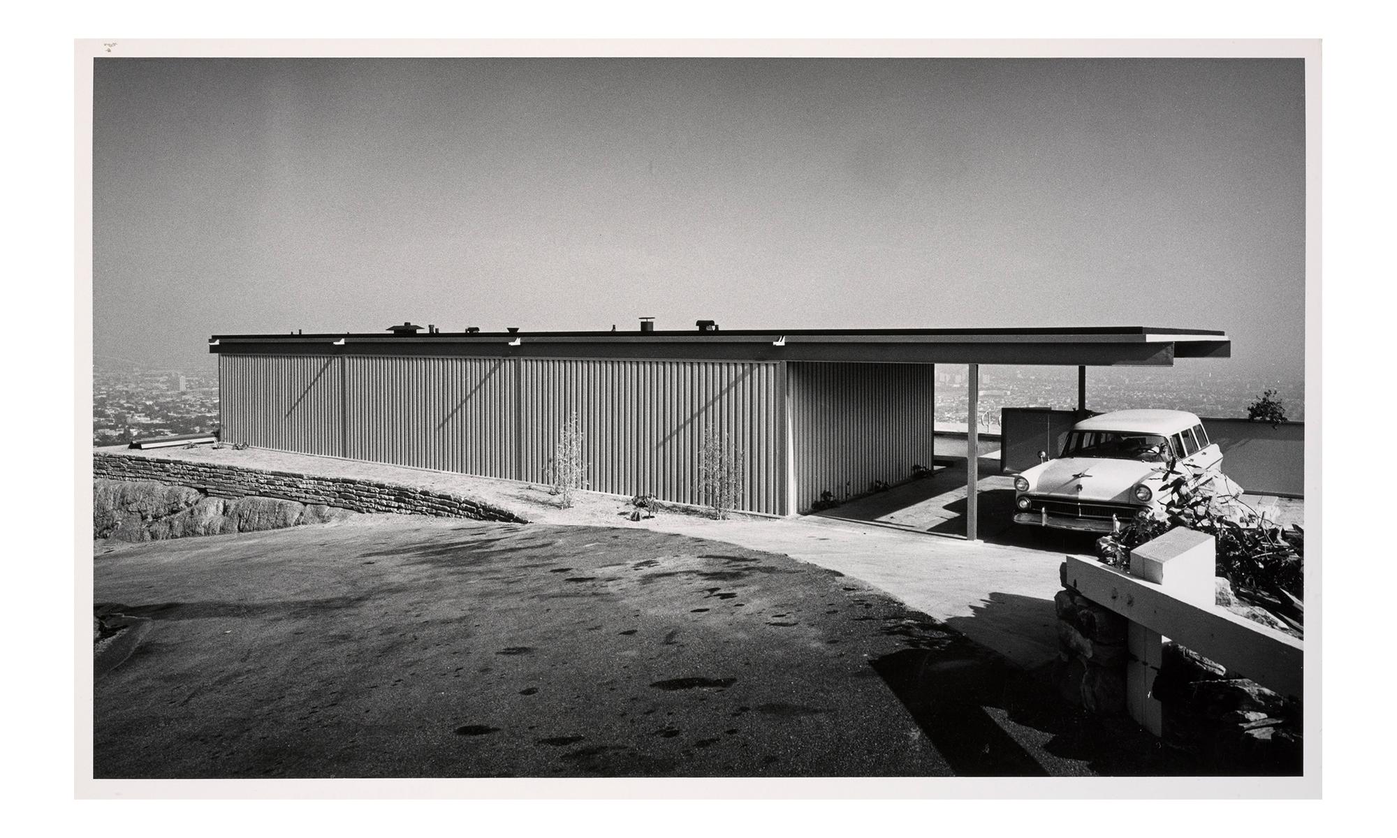 Schwarz-Weiß-Foto eines unscheinbar wirkenden Hauses mit Flachdach.