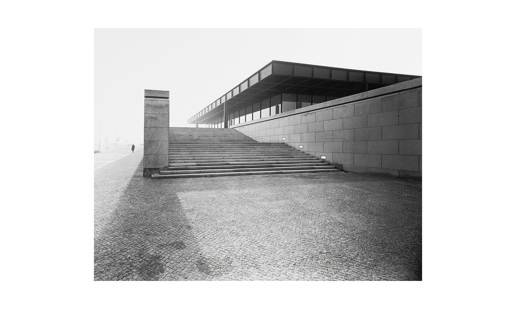Historisches Schwarz-Weiß-Foto der Neuen Nationalgalerie in Berlin.